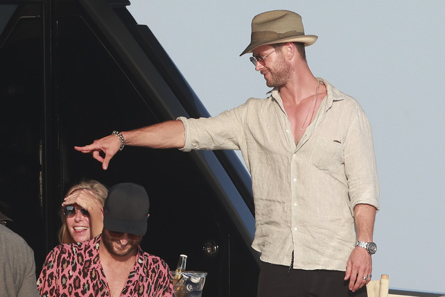 chris-hemsworth-bajo-el-sol-de-ibiza